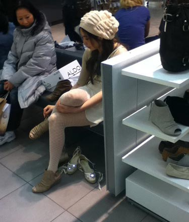 国外偷拍_王祖贤国外买鞋遭偷拍 白裙白帽清纯宛如少女