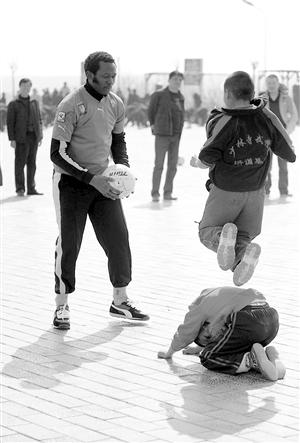 ...足球,是中国足协给他们特批的,每一个球上,都清晰地印着\