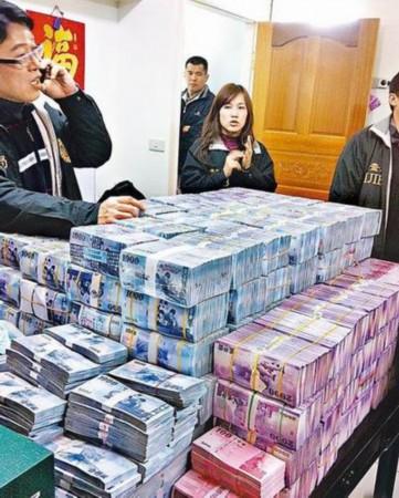 检���.�al�)���.h�h;_现金堆成山,检调昨查扣3亿元的现金赃款,其中1亿多元放在桌上清点.