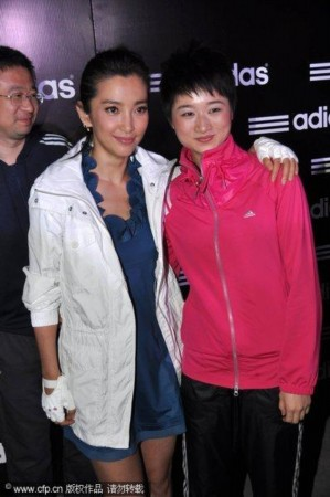 李玮峰老婆_李玮峰携妻子与女儿出席,同时出席的还有中国拳击第一人邹市明与
