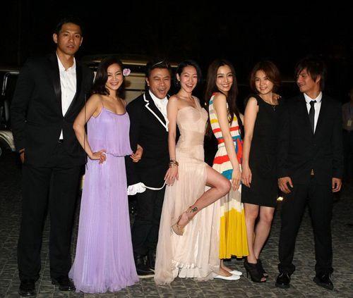 小S等人在婚礼结束后代表两位新人面对媒体-大S汪小菲昨日完婚 礼金