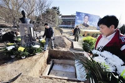 侯耀文去世4年后安葬墓 郭德纲未送行 称没接