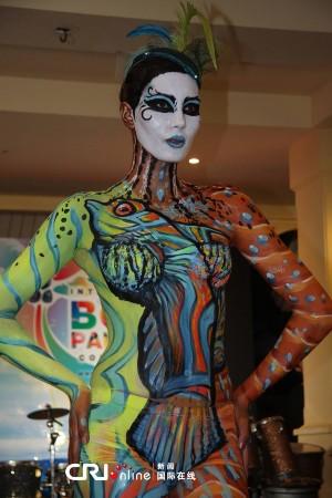 人体艺术之扒逼人体_模特将人体之美与彩绘艺术结合在一起