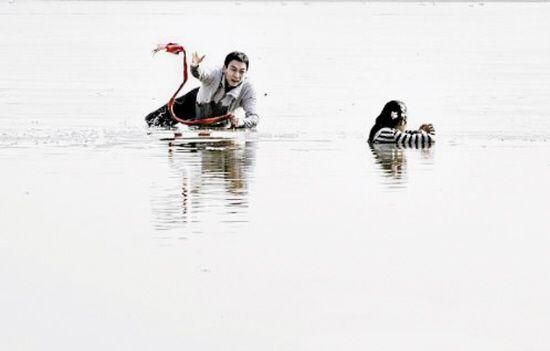 男子抓拍小伙卧冰救落水者 发现救人者系其儿子