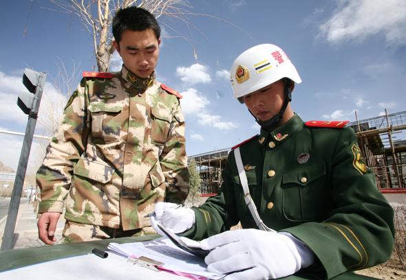 武警西藏总队开展防范打击涉军造假活动