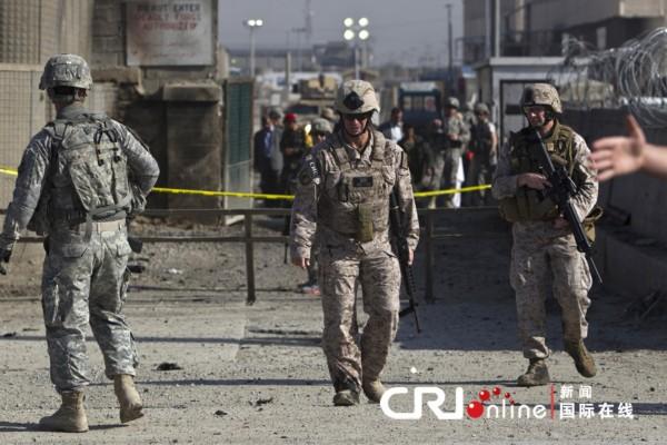 遭到袭击后,美军士兵在附近警戒。(国际在线/路透