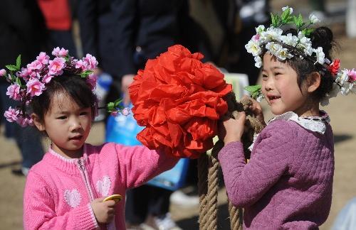 孩子们举大红花