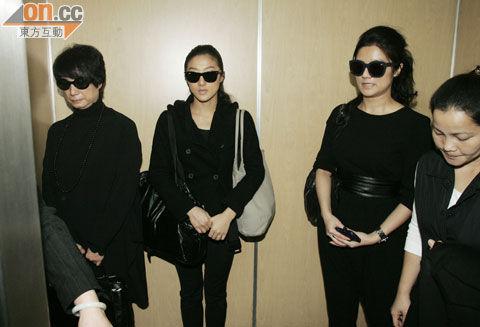 邓光荣女儿邓业炘(右二起)和邓业炜陪母亲严珍纳前往殡仪馆.