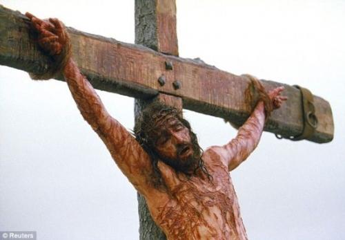 森执导的影片《耶稣受难记》剧照.耶稣被钉在十字架上-导演称发现