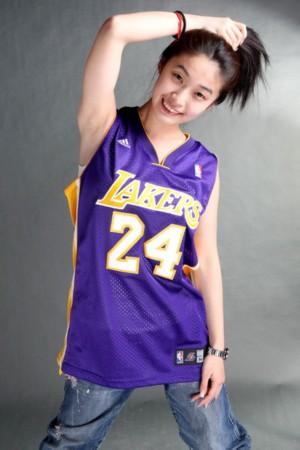穿科比球衣的美女美女粉丝穿球衣篮球美女球衣美女  竖