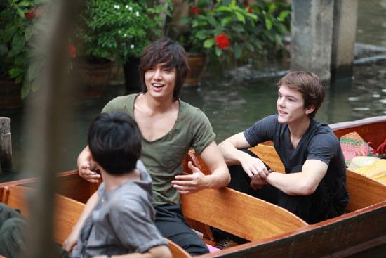 李民浩泰国拍 城市猎人 简单T恤展结实胸肌