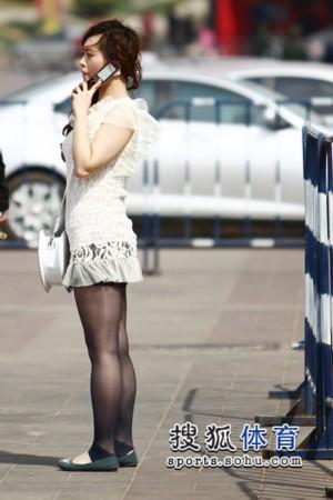 黑丝美女被颜射_幻灯:白衣黑丝美女助阵鲁能 短裙迷人看台兴奋