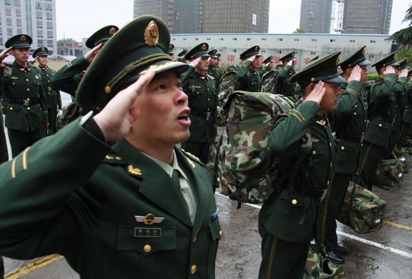 官兵们集体敬礼向老营房告别.图片来源:人民武警报-对比生活变化 图片