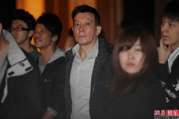 香港成人电影陈冠希_陈冠希北京发片父亲捧场 称想当年轻人榜样