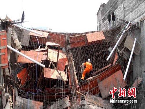 广西都安县巨石滚落摧毁3民房 一死5伤