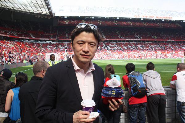 谢晖张恩华观看曼联比赛 与搜狐天使合影
