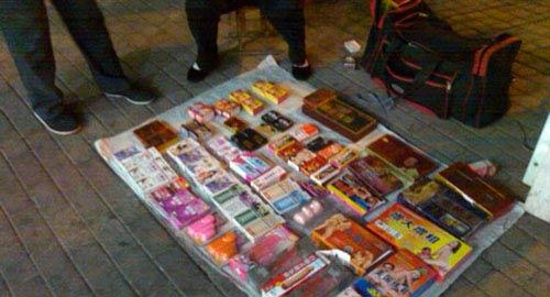 性趣用品当街售卖路人淫秽女场面掩面急逃(图情趣用品卖视频直播