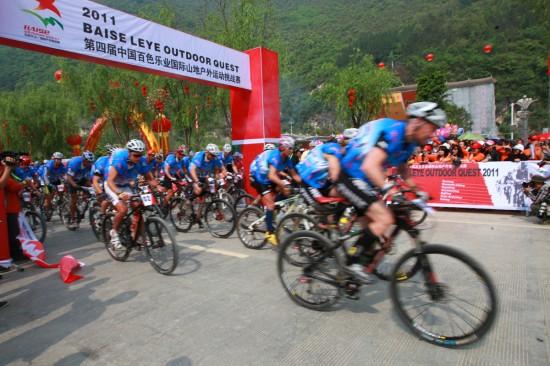 百色乐业国际山地户外挑战赛的运动员从起点出发,进行自行车越野赛.图片