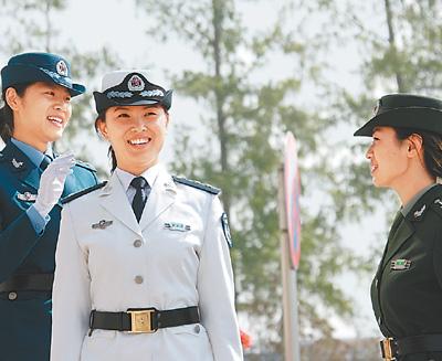 穿着预备役军装的女军人(4月12日摄).-全军预备役官兵换装仪式举图片