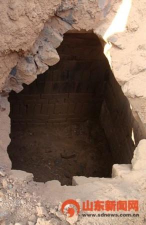 根据墓顶和砖石结构等方面初步分析该墓穴为汉代墓.