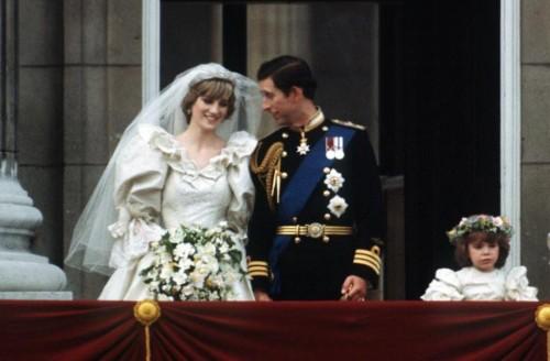 看看当时的另一场皇家婚礼——19岁的戴安娜王妃嫁给当时的查尔斯王子
