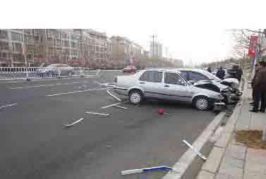 银川西路鲁信长春花园附近发生车祸; 青岛发生两车相撞事故 母亲用