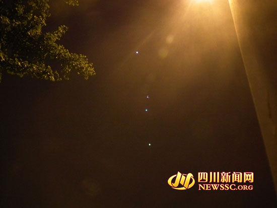 惊闻!四个UFO悬浮成都夜空!军事侦察机紧急迫近?(图) - 外星人给地球的忠告 - UFO外星人不明飞行物和平天使2012