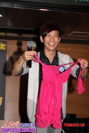 张智成香港与粉色过成日现场获赠歌迷情趣内衣水房镇情趣古北图片
