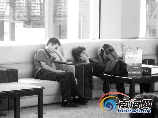 海南高铁候车区不文明现象 旅客睡在沙发上