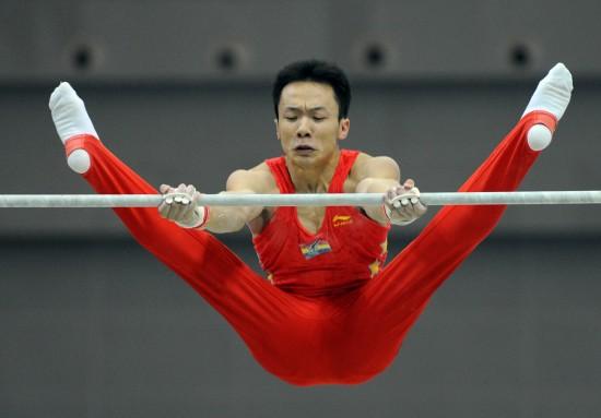 图文-郭伟阳体操全能并列冠军 郭伟阳在单杠比赛中
