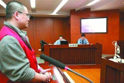 在今天的庭审上,许明对其挪用资金的基本犯罪事实无异议 摄影 谢伟