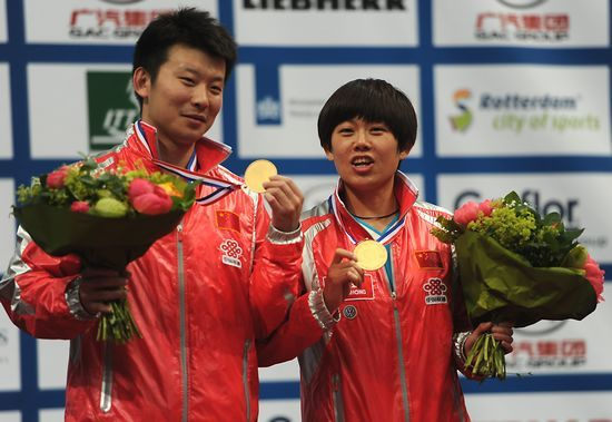 世乒赛混双颁奖仪式 张超曹臻举起金牌展示