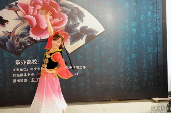 成都 泰国女孩黄晓春跳新疆舞图片