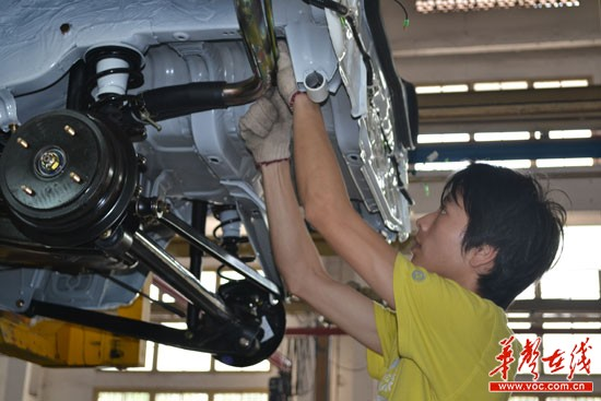 江南汽车厂员工正在紧张忙碌高清图片