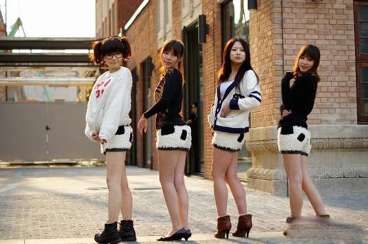 清纯美女熊猫裙街拍