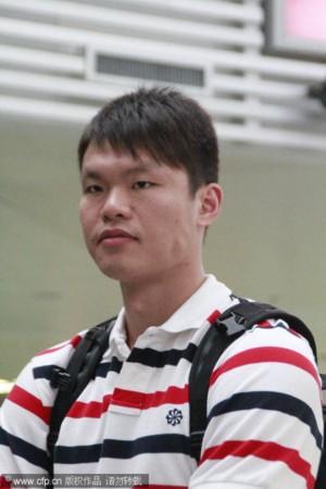 中国男篮集训结束返京 朱芳雨在美兰机场