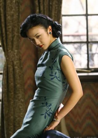 装点最诱-二十世纪上半叶由民国服饰设计师参考满族女性传统旗服和西洋文化基