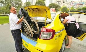 出租车驾驶员应协助乘客将行李放入车厢内(资料图片)