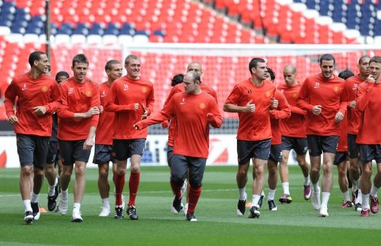 图文-曼联训练备战欧冠决赛 集体慢跑热身图片
