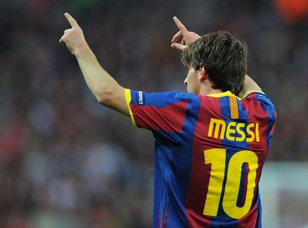 """""""在10/11赛季,梅西率领巴萨拿到了欧冠,西甲和西班牙超级杯的三冠王图片"""