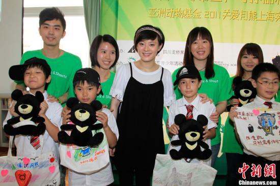 孙俪婚前亮相上海 六一携手孩子呼吁爱护动物