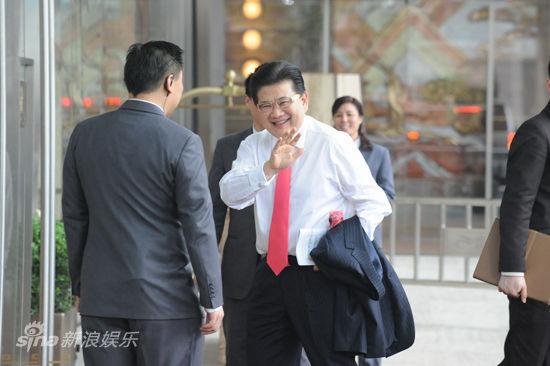 知名主持人曹可凡达到婚宴现场,他笑容满面,向媒体挥手问好.