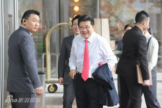上海电视台主持人曹可凡抵达; 【孙俪邓超大婚直播】嘉宾很给力啊