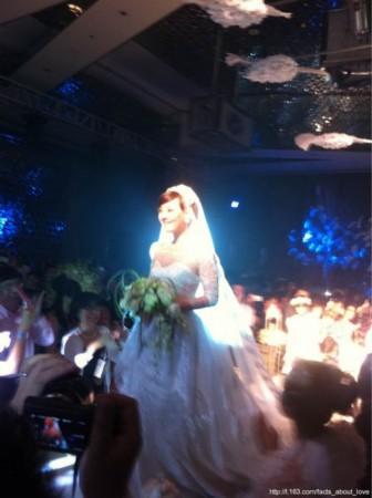 邓超孙俪大婚 韩红海泉在婚宴现场登台献唱(图)