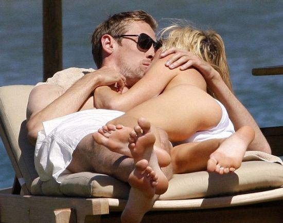 英国脚海滩肉搏美女娇娘 长凳相拥激吻爱抚叠人肉(图)