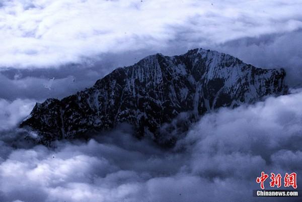 林芝周围云雾笼罩的高山峻岭(贾国荣摄)