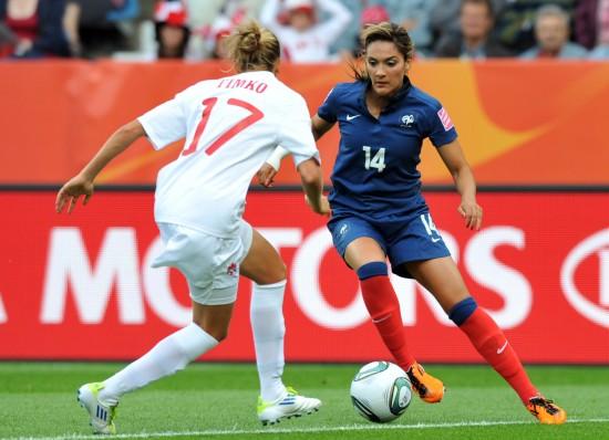 女足世界杯加拿大0 4法国 内吉普横向拉球过人高清图片