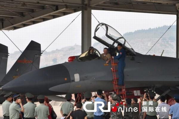 下访问了济南军区空军第十九师,并观摩该师列装的苏-27飞机飞行训练.