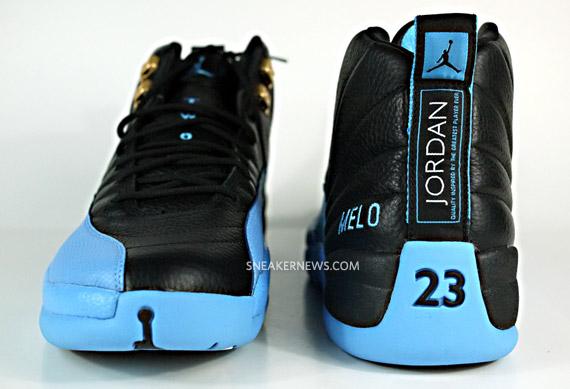 5/9   05   尽管安东尼已经离开丹佛来到了纽约,但他昔日掘金配色的球鞋仍然受人追捧。作为他最心爱的球鞋之一,这双黑北卡的球员版AJ12曾给他带来无数美好的回忆。   这双鞋在后跟侧面,绣有MELO字样。此外鞋带处的两个金扣,也给这双鞋增添了许多亮点。   图为安东尼掘金客场球员版Air Jordan 12欣赏。