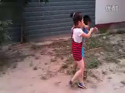 女孩则接连三次上前踩踏